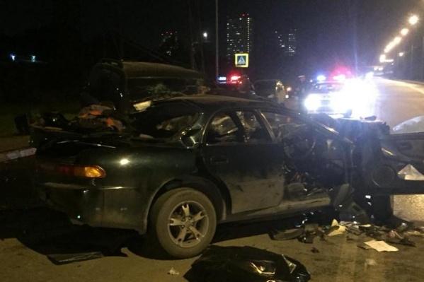 После аварии людей из Toyota ED доставали спасатели