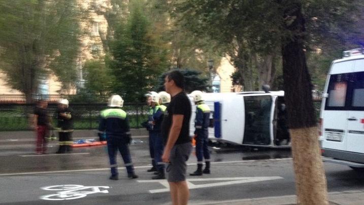 «Он включил сигнал перед перекрестком»: в Волгограде водитель такси не успел заметить неотложку