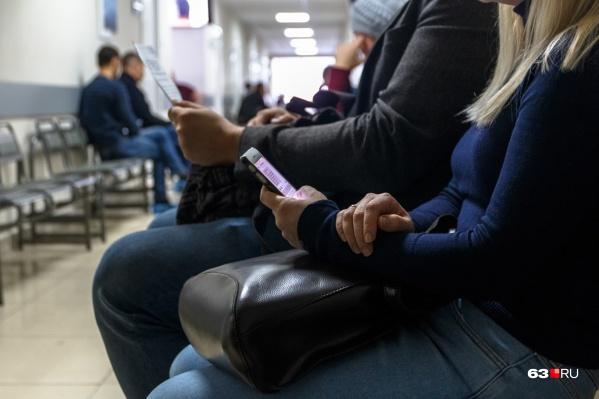 Зачастую, чтобы попасть на прием к доктору, самарцам приходится провести в очереди не один час