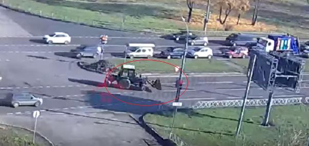 Вот новый поворот: появилось видео, как трактор лихо заваливается набок на Ленинградском проспекте