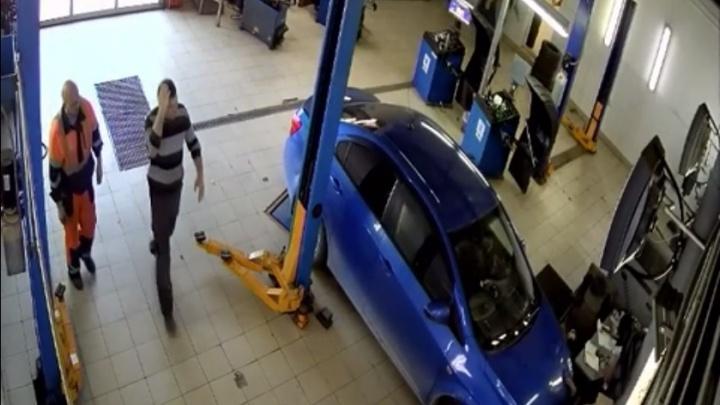 В Тюмени автомобилистка случайно сломала ногу работнику СТО. В деле разбираются полицейские