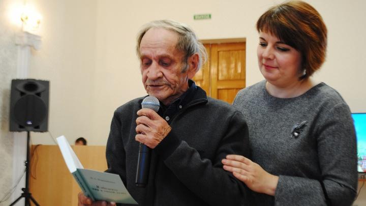 Новосибирского поэта увезли на скорой с конкурса чтецов: он умер в больнице