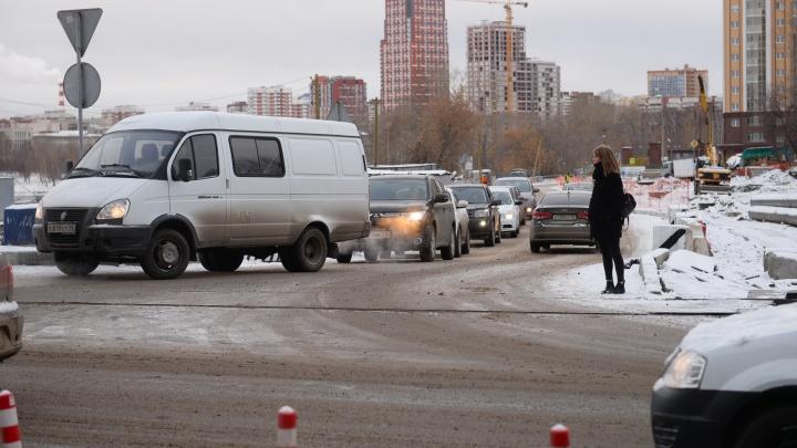 На выезде с Гражданской к Макаровскому мосту собираются поставить временный светофор
