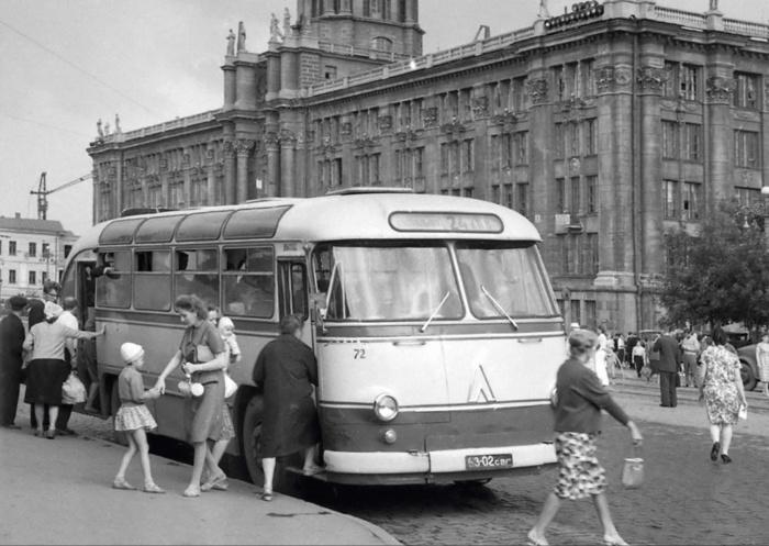 Площадь 1905 года. 1964 год. Фото Р. Катаева (ГАСО)