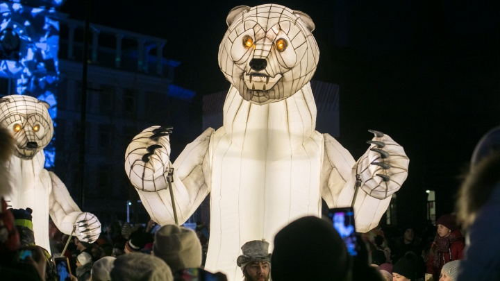 Тысячи людей вышли на проспект Мира посмотреть шествие белых медведей: показываем лучшие моменты