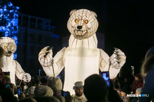 4-метровые белые медведи на проспекте Мира 8 марта