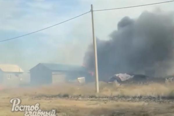 Огонь вплотную подступил к жилым строениям