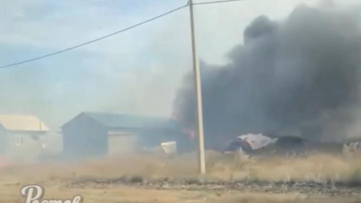 В Сети появилось видео пожара в Аксайском районе, который чуть не сжёг дома