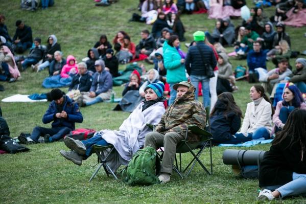 На «Симфоночь» зрители пришли подготовленными — вооружились подстилками и теплыми накидками