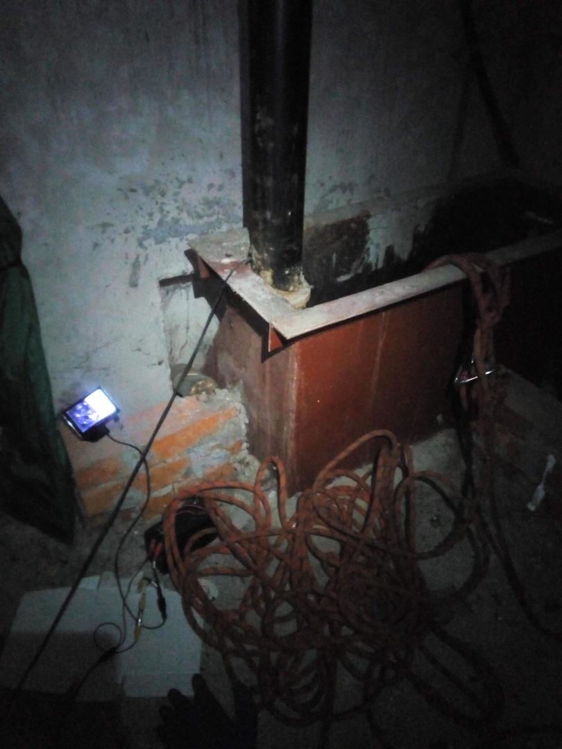 Справа вход в шахту, слева небольшой экран, куда выводится изображение с эндоскопа
