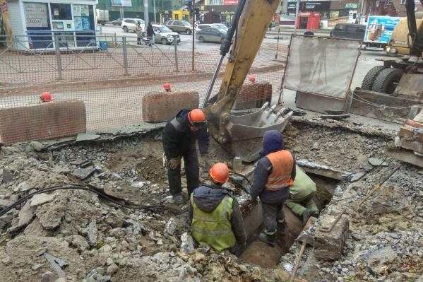 Штраф начислили за то, что подрядчик вовремя не закончил ремонт разрытых участков дорог