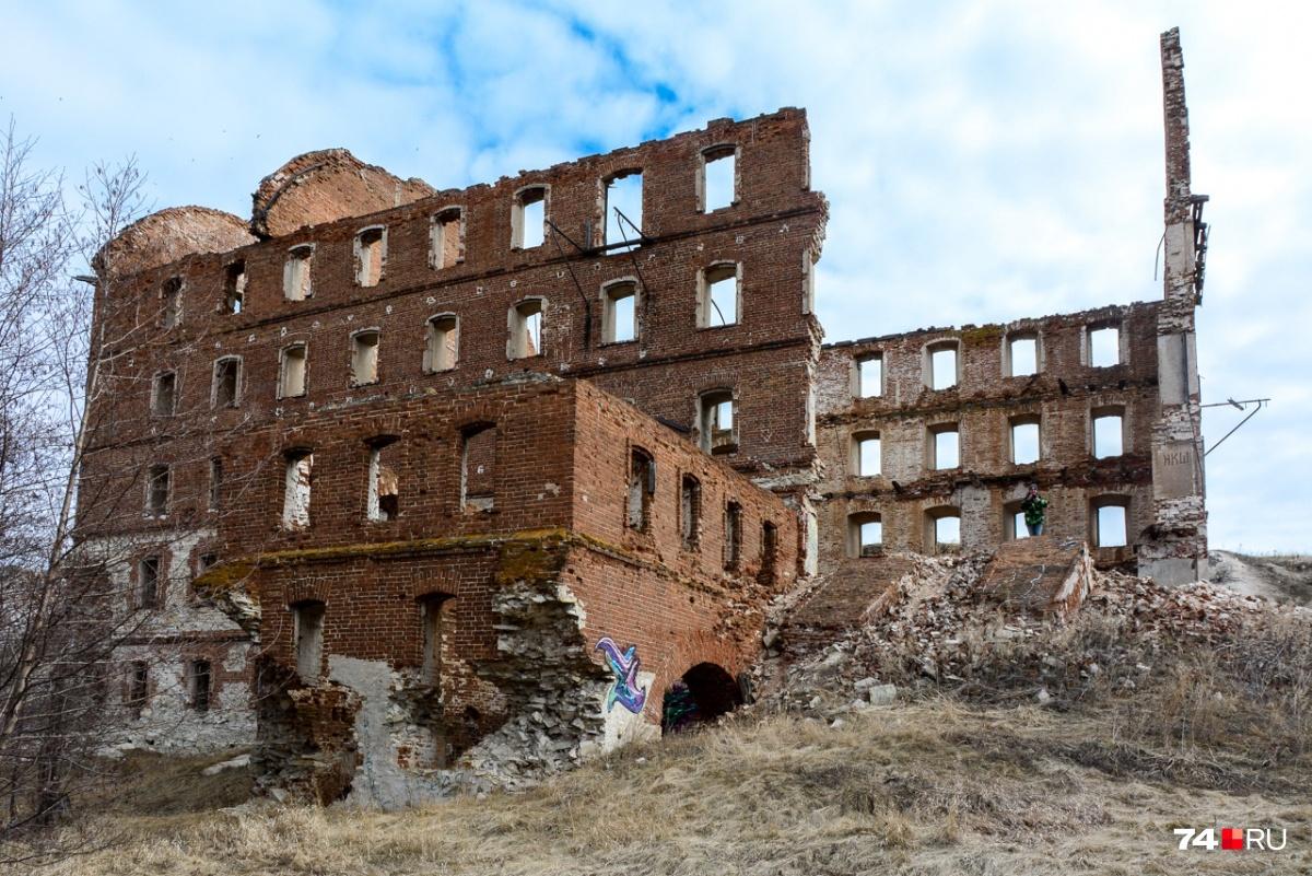 Это место обожают туристы.Здание мельницы, насколько можем судить, безопасно, чего не скажешь о Тече под ним