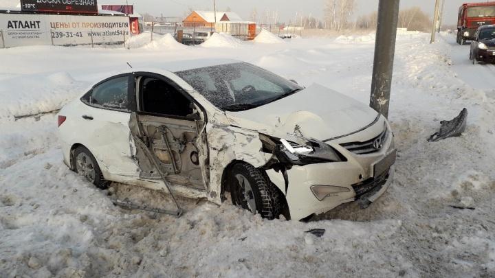 Hyundai влетел в грузовик на трассе под Новосибирском: один человек пострадал