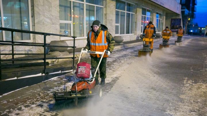 Чиновники посреди зимы передумали посыпать дороги песком с солью и перешли на химию