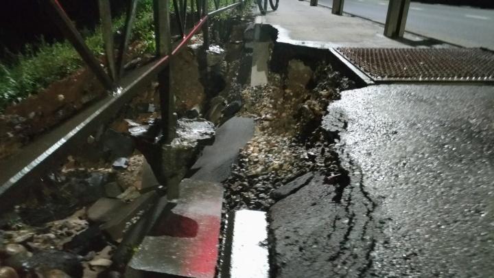 В Ярославле новую дорогу размыло дождями