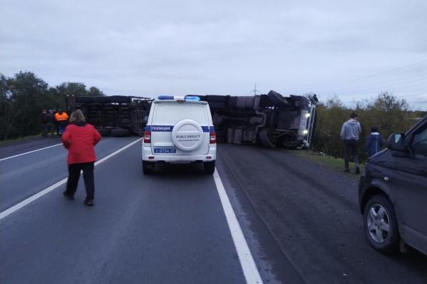 Рухнувший из-за столкновения грузовик на несколько часов парализовал движение по трассе