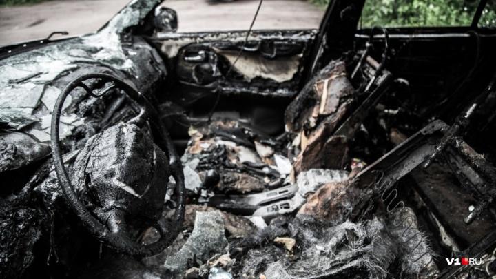 В Ворошиловском районе Волгограда ночью сгорела Audi-80