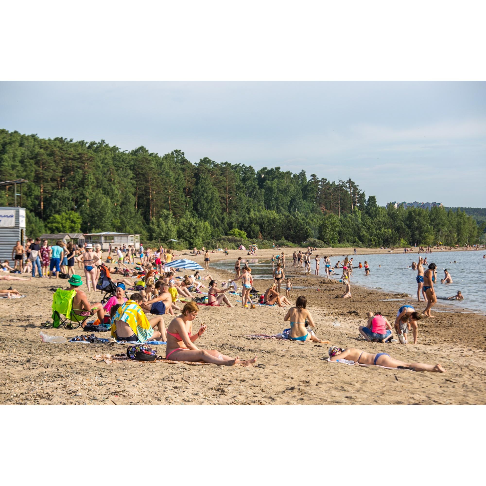 Несмотря на критику, в жаркий день на новосибирских пляжах много людей