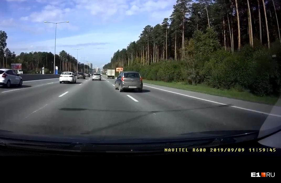 В момент, когда Datsun начал перестроение, полоса слева была свободна