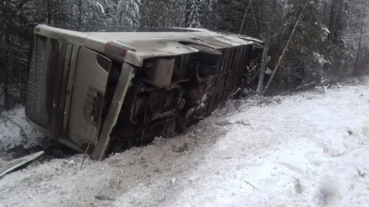 Под Ивделем перевернулся рейсовый автобус: есть пострадавшие