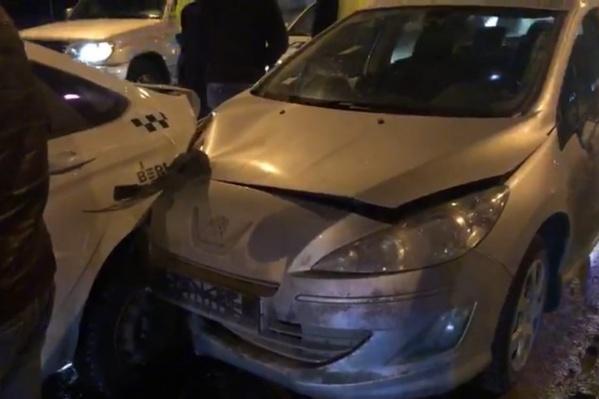 Водитель французской иномарки буквально насадил такси на капот