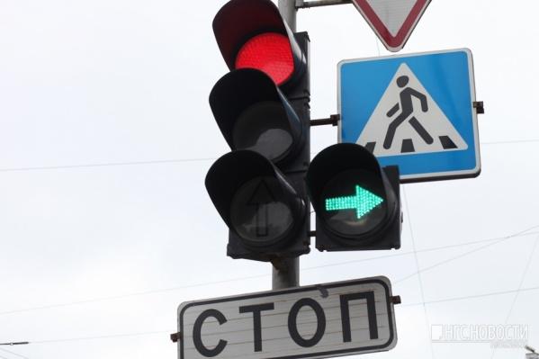 В час пик автомобилисты встают в пробку из-за сломанного светофора