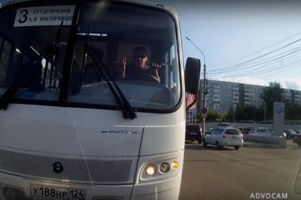 Ранее мужчину отправили на инструктаж по правилам перевозки пассажиров и дорожного движения, по которым в последующем его ожидает дополнительный экзамен