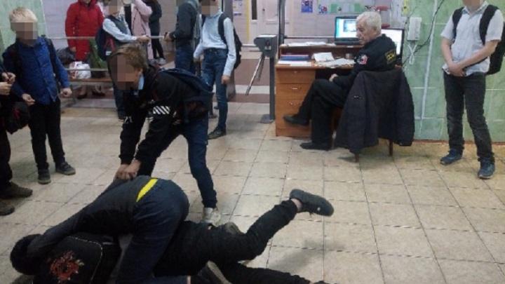 Пермская школа, в которой подрались подростки, попросила ЧОП заменить охранника