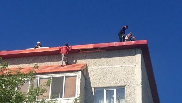 Кусты сирени смягчили падение: в поселке Московском рабочий упал с крыши