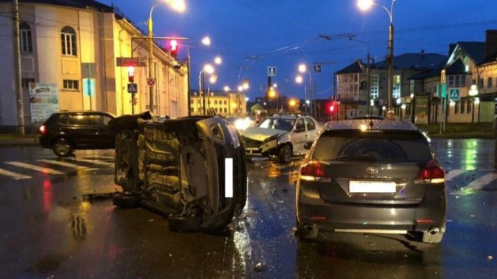 В центре Рыбинска столкнулись сразу три автомобиля: пострадал водитель