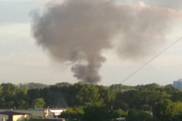 Очевидцы сообщают, что загорелась свалка