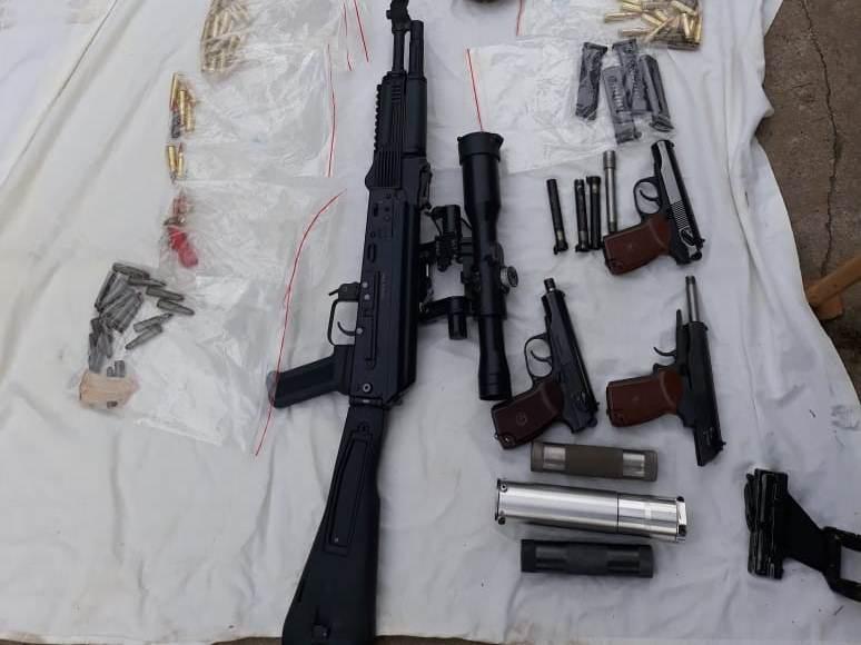 В незаконной оружейной мастерской полицейские нашли семь пистолетов, два автомата и боеприпасы к ним
