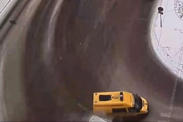 Автомобиль экстренной службы двигался с включенными проблесковыми маячками