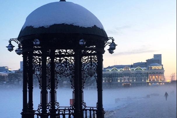 В рождественское утро Екатеринбург окутало туманом