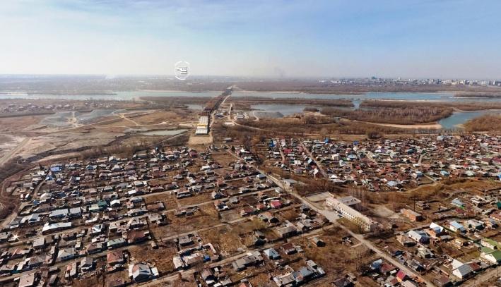 """В зону строительства моста попало 10 административных зданий, больше 300 частных домов, а также автозаправка, производственная база, магазины и гаражи. Кроме того, с началом стройки пришлось закрыть пляж «Бугринская роща». Многие владельцы домов, попавших под снос, <a href=""""https://news.ngs.ru/more/93115/"""" target=""""_blank"""" class=""""_"""">отказывались переезжать</a> и даже <a href=""""https://news.ngs.ru/more/1433468/"""" target=""""_blank"""" class=""""_"""">устраивали голодовки</a>"""