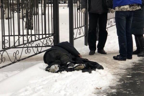 Мужчина потерял сознание и упал на землю около ворот поликлиники