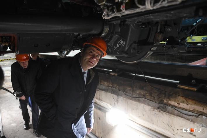 Мэр Высокинский вместе с сотрудниками метрополитена полез под вагон, чтобы осмотреть механизмы