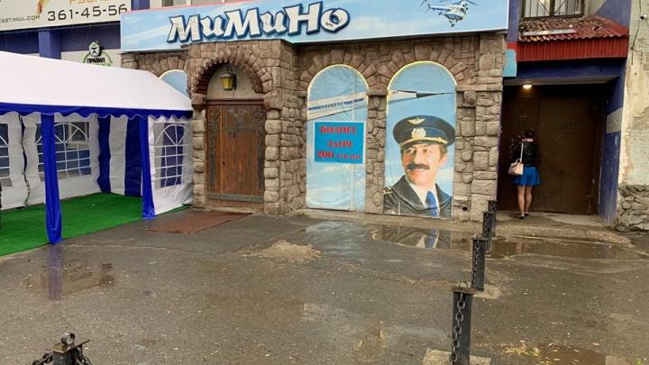 «Женщины боятся там проходить»: на Мамина-Сибиряка у входа в подъезд установили летнюю веранду кафе