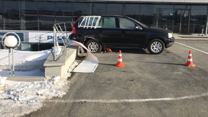"""""""Ремонта на 300 тысяч"""": екатеринбурженке разбили внедорожник на автомойке на Вторчермете"""