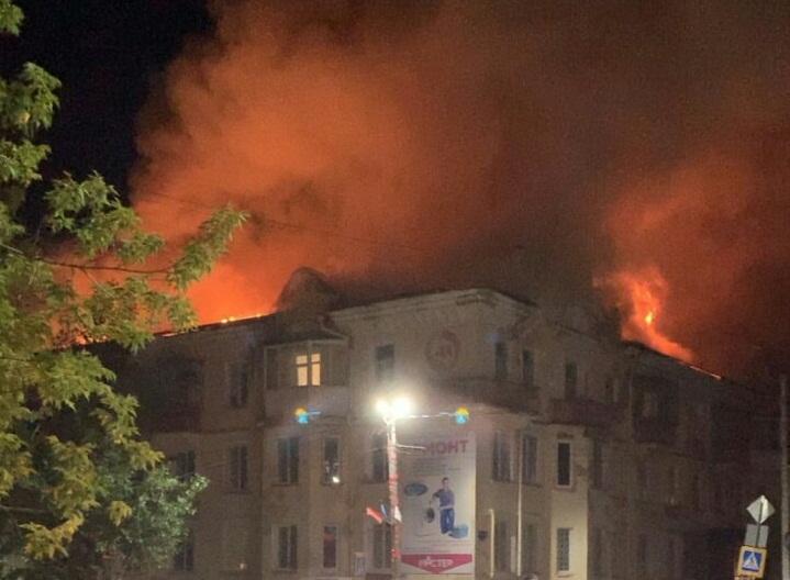 Крышу дома, которую начали капитально ремонтировать, полностью уничтожил огонь