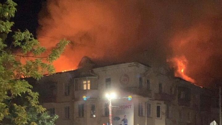 «Должны были закончить к сентябрю»: в доме, где случился крупный пожар, делали капремонт крыши
