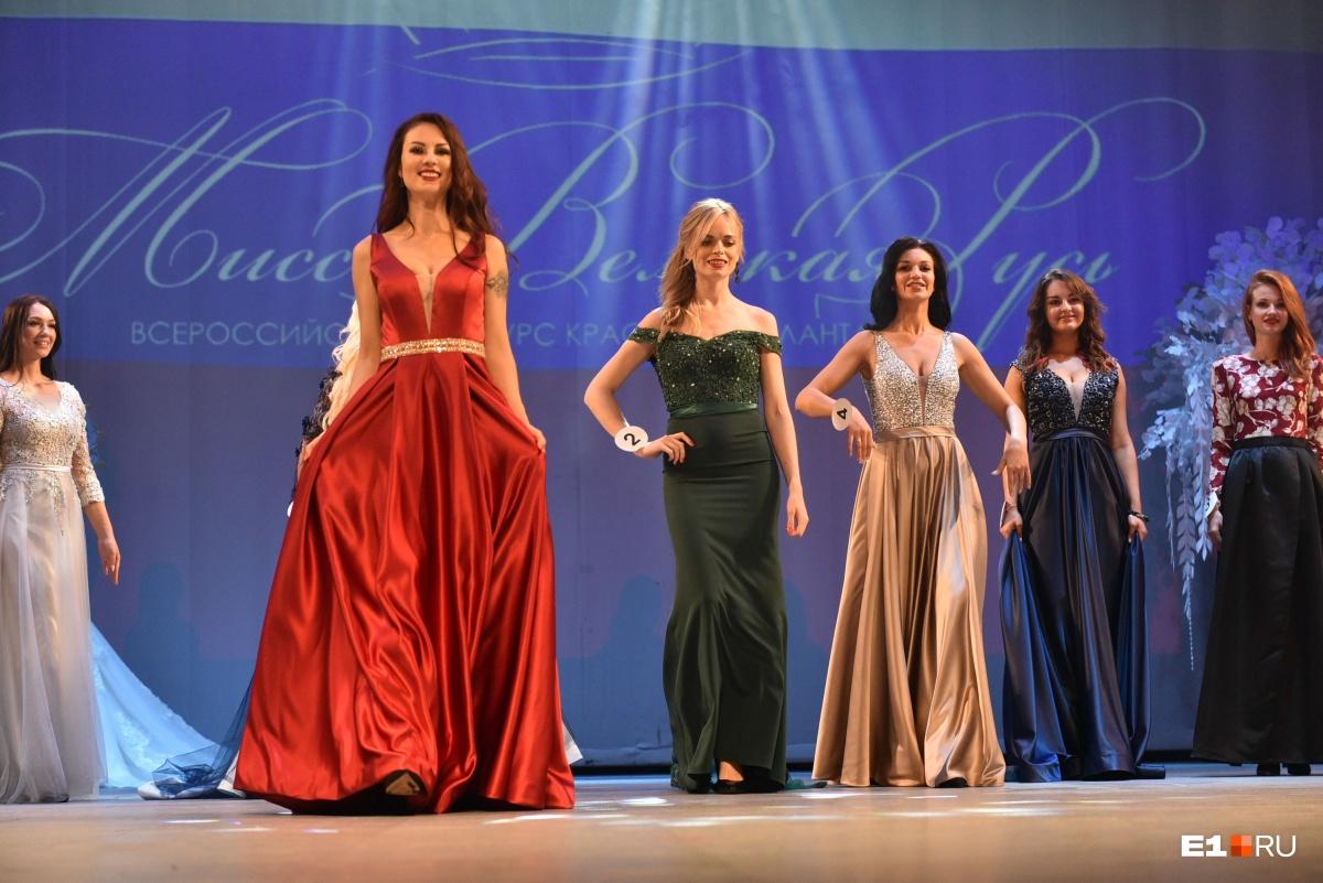 На награждение участницы вышли в шикарных платьях