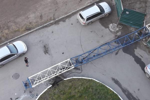 Кран упал на территорию соседнего дома