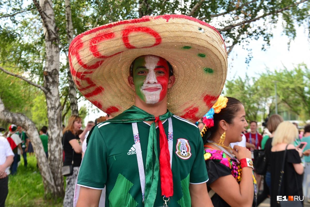Разрисованные лица и сомбреро — тоже обязательный атрибут шествия футбольных фанатов