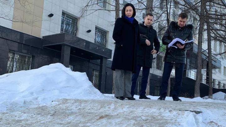 У мэра Челябинска возникла куча вопросов к главам районов из-за снежных куч