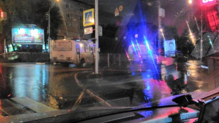 Автобус сбил молодую женщину при повороте с Красного проспекта