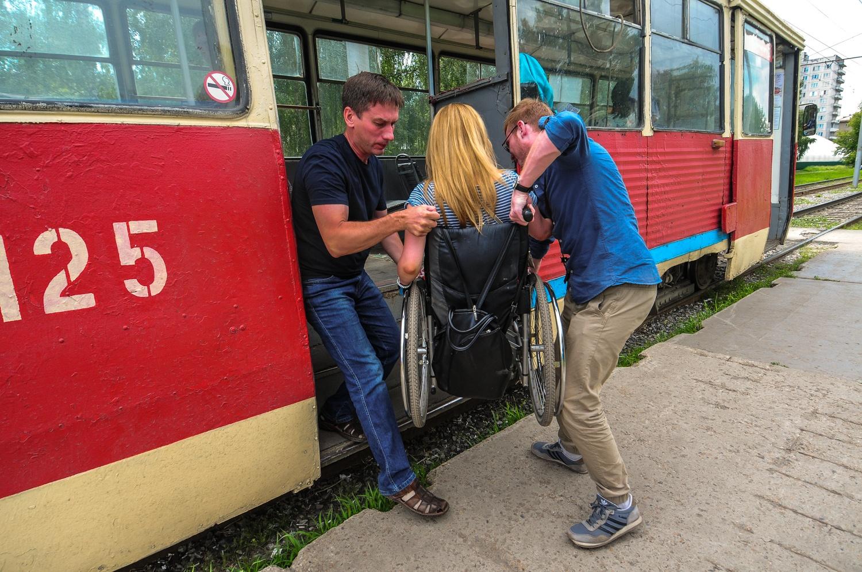 Без помощи пассажиров Оле бы не удалось выйти из трамвая