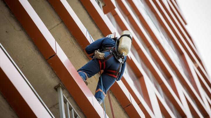 Спасатели по верёвкам спустились в квартиру на 4-м этаже, чтобы снять с подоконника детей