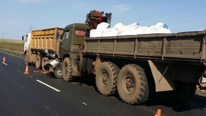 В Башкирии легковушку зажало между двумя грузовиками
