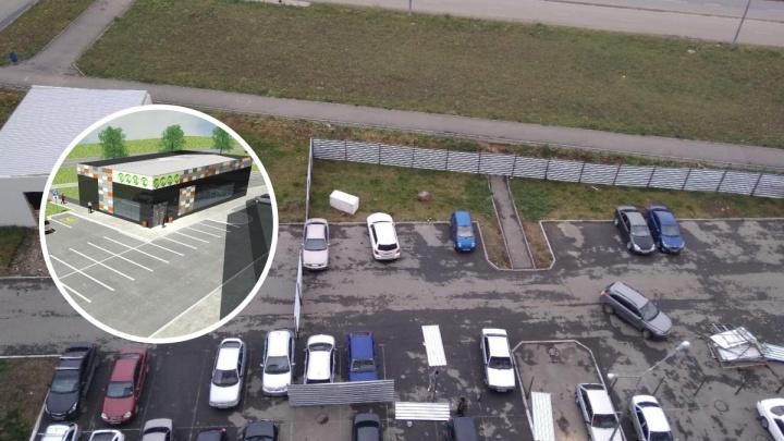 Парковку многоэтажки в крупном микрорайоне Челябинска оградили под стройку, жители забили тревогу